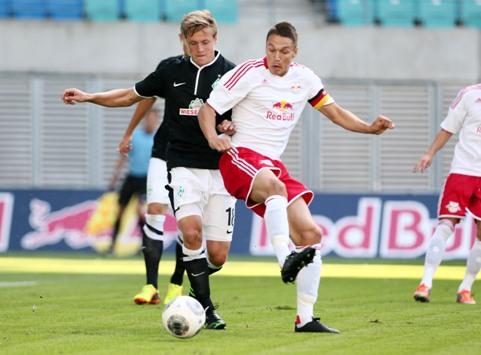 Felix Kroos (Werder Bremen) und Daniel Frahn (RB Leipzig) im Zweikampf © Red Bull/GEPA