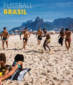 "Christopher Pillitz ""Fußball BRASIL"", Gebundenes Buch, Pappband, 192 Seiten, 24,0 x 28,0 cm, 175 farbige Abbildungen ISBN: 978-3-7913-4895-7 € 29,95 [D] | € 30,80 [A] | CHF 40,90 *"