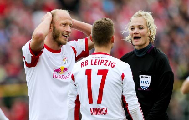 Bibiana Steinhaus ist als Schiedsrichterin in der 2. Bundesliga und der 3. Liga aktiv. Hier bei einem Spiel von RB Leipzig.